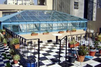 Clarabóia e plantas num terrado de um edifício em Buenos Aires.