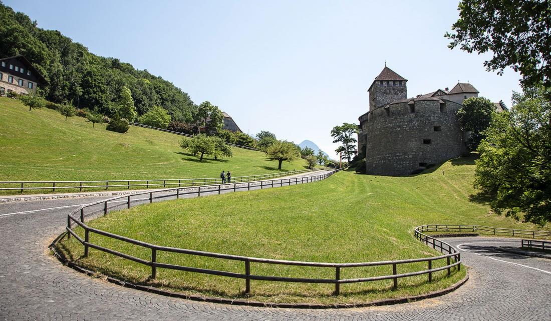 campos relvados e curva apertada junto palácio ducal do lietchenstein