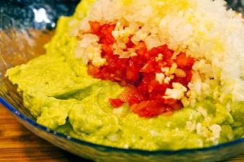 Mistura de puré de abacate, cebola, tomate e alho para o guacamole