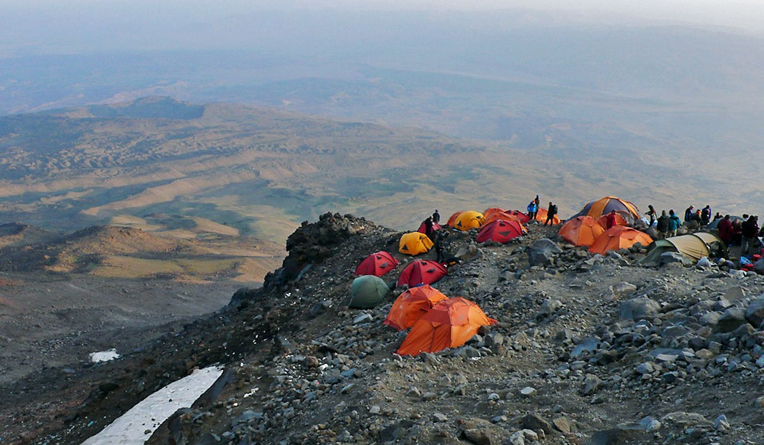 Acampamento com muitas tendas numa das enconstas do Monte Ararat