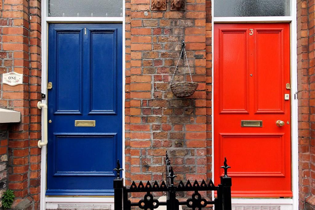 Portas coloridas em construções com arquitectura tipicamente inglesa.
