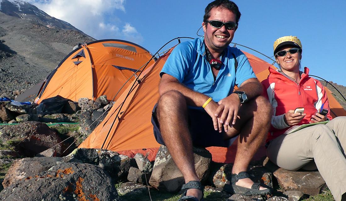 Artur Pegas e Luísa Tomé, da agência de viagens Papa Léguas, junto a tendas no monte Aratar.