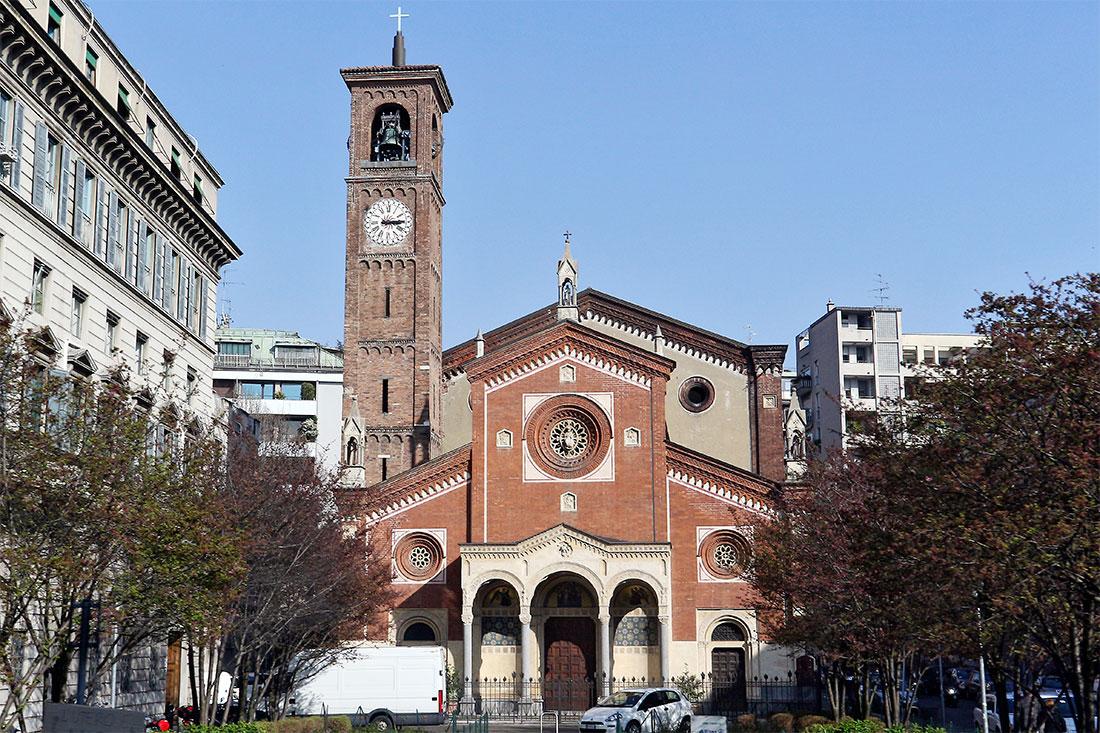 Alameda frente a basílica de Santa Eufémia em Milão