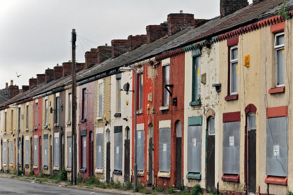 Casas abandonadas e coloridas de um bairro operário em Liverpool.