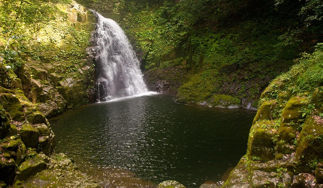 Cascata fudo no parque de Akame no Japão.