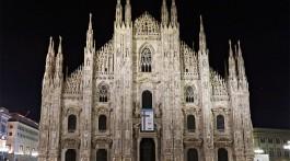 Catedral Duomo de Milão iluminada à noite