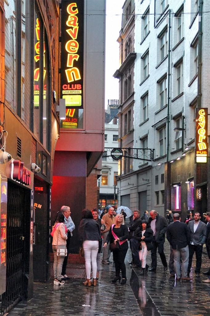 Muitas pessoas em dia de chuva na rua para entrar no Cavern Club de Liverpool.