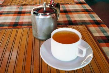 Bule e na chávena de chá cheios de cerveja para esconder proibição