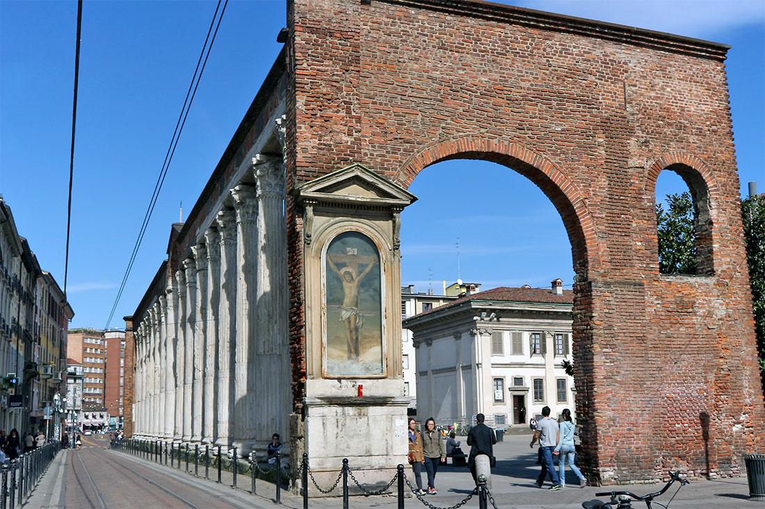 Arco em tijolo com imagem de Cristo e colunas de S. Lourenço em Milão