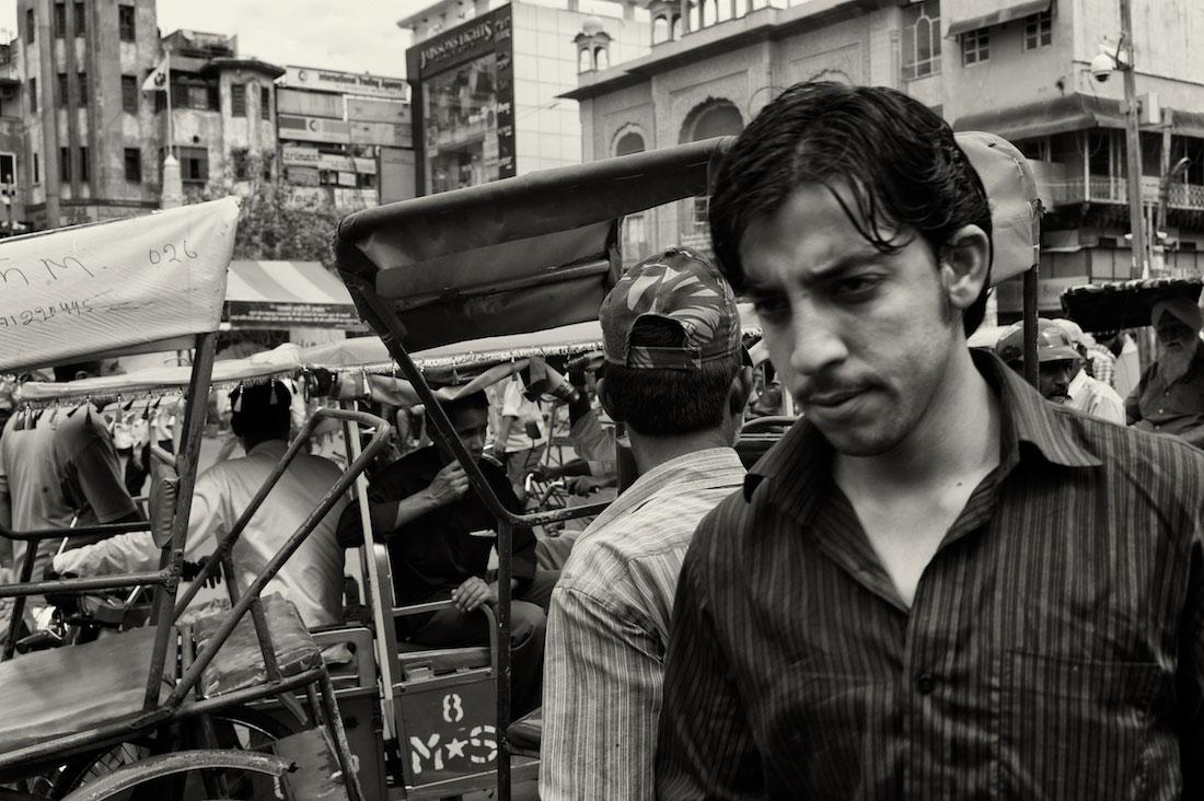 Confusão resultante de um grande aglomerado de pessoas e rickshaws estacionados na parte antiga de Delhi.