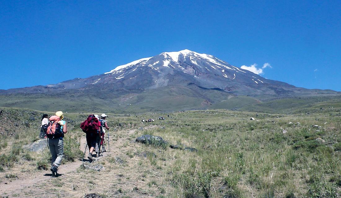 Elementos de uma expedição ao Monte Ararat com neve no cume.