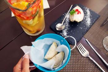Entradas e jarro da bebida Cármen Miranda sobre uma mesa do restaurante língua