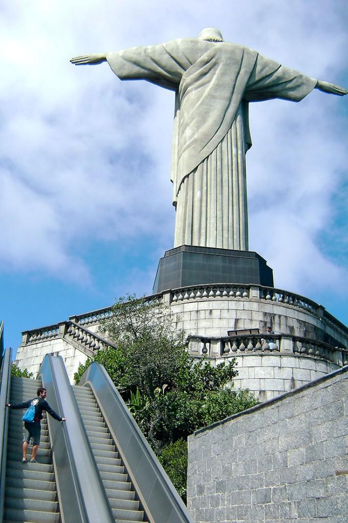 Escada rolante junto à base do Cristo Redentor no Rio de Janeiro.