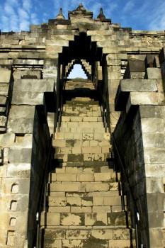 Escadaria que faz a ligação entre os patamares do templo