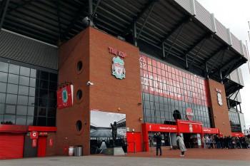 Exterior do estádio de Anfield Road em Liverpool.