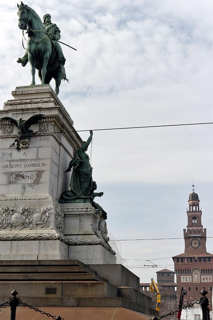 Estátua de Guiseppe Garibaldi instalado no Largo Cairoli em Milão.