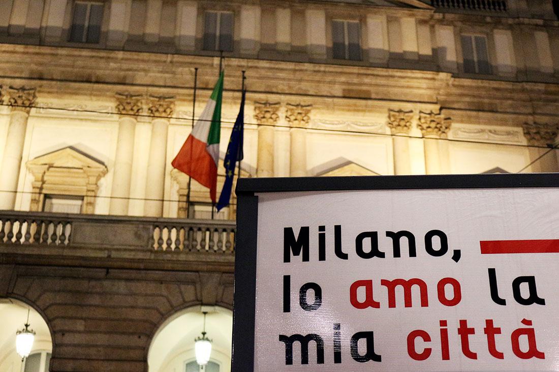 "Placa ""Milano lo amo la mia cità"" junto à fachada do teatro Sacla de Milão"
