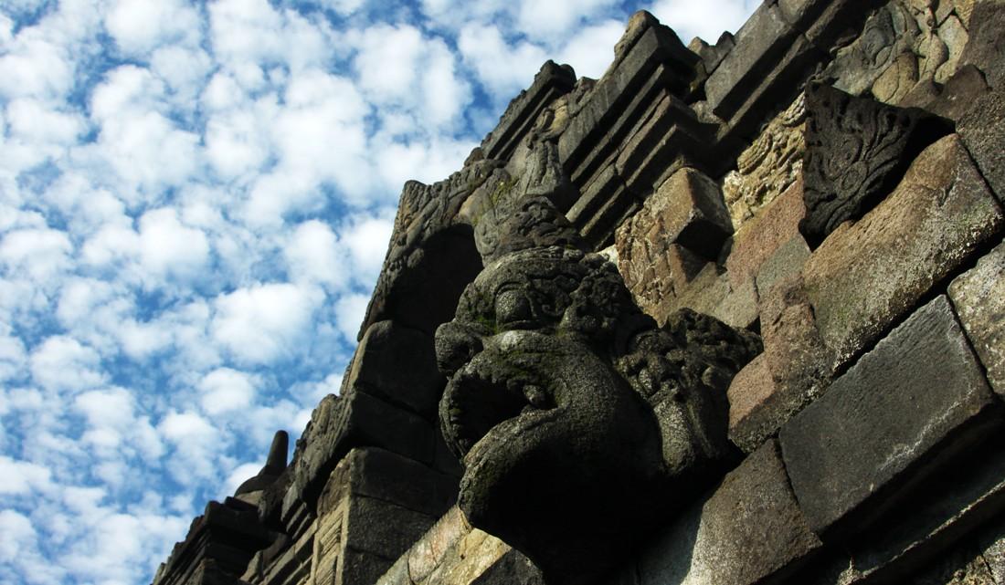 Umas das múltiplas estátuas presentes no templo de Borobudur
