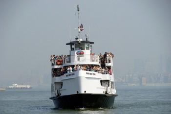Ferry no rio hudson que chega a liberty island