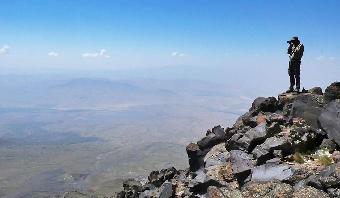 Fotografo sobre pedras de uma escarpa do Monte Aratar.