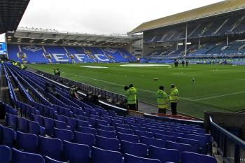 Vista das bancadas com cadeiras azuis do estádio Goodsion Park, cada do clube Everton FC.