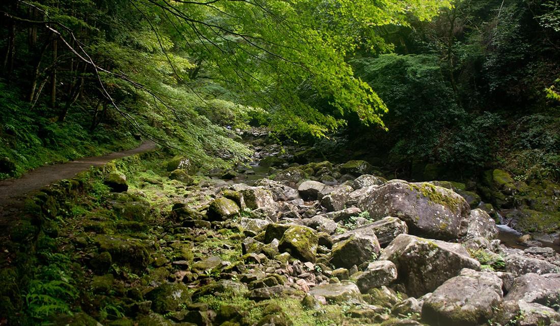 Grandes pedras no leito do rio akame‐cho.