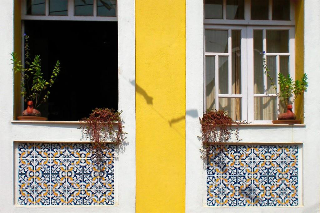 Janelas típicas de edifício colonial em Goa, Índia.