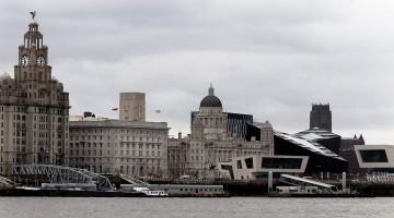 Prédios e ancoradouros para ferries no rio Mersey em Liverpool.