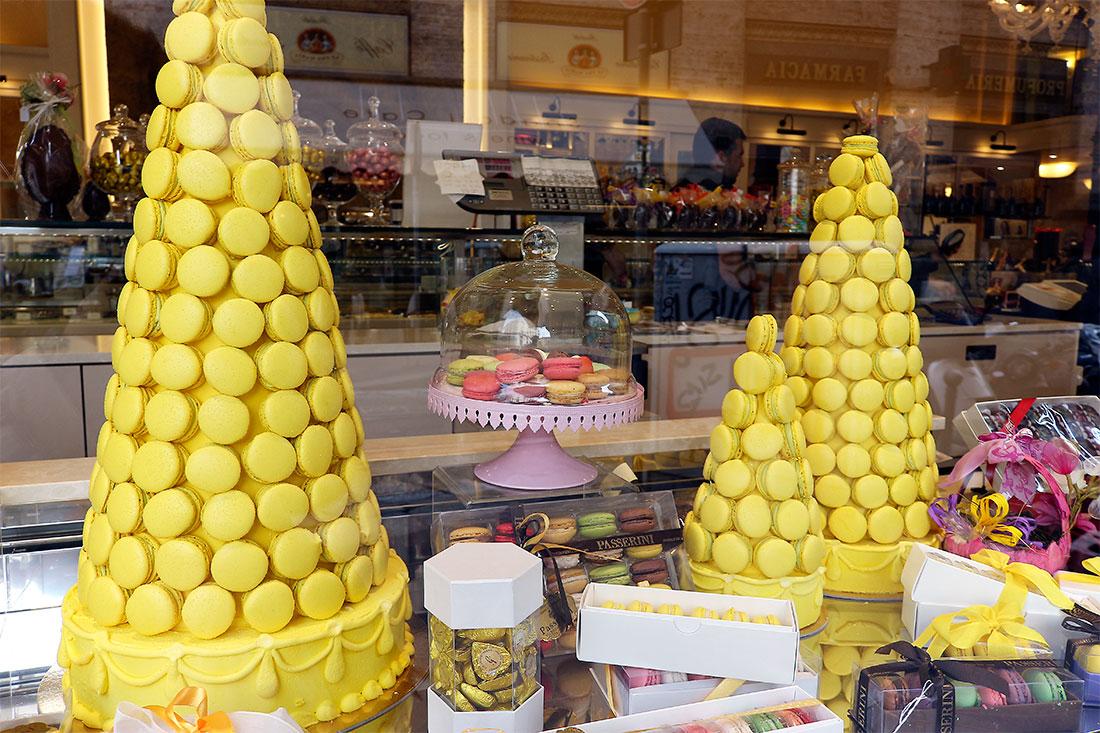 Montra de loja com torres de macarons coloridos