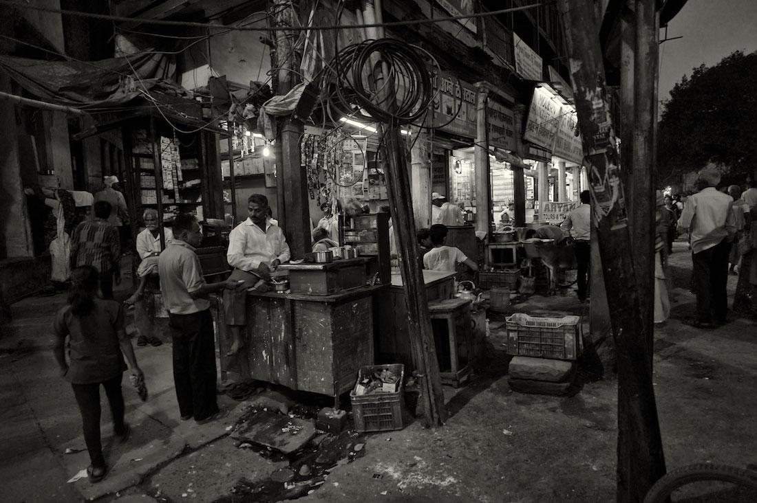 Várias pessoas num mercado de rua na cidade de Varanasi na índia.