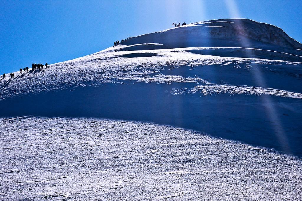 Montanhistas a caminhar sobre o gelo junto ao cume do monte Ararat.