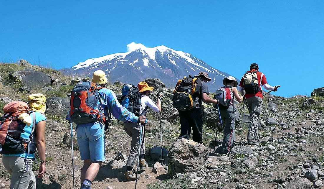 Vários montanhistas que seguem um dos muitos trilhos existentes no monte Aratar.