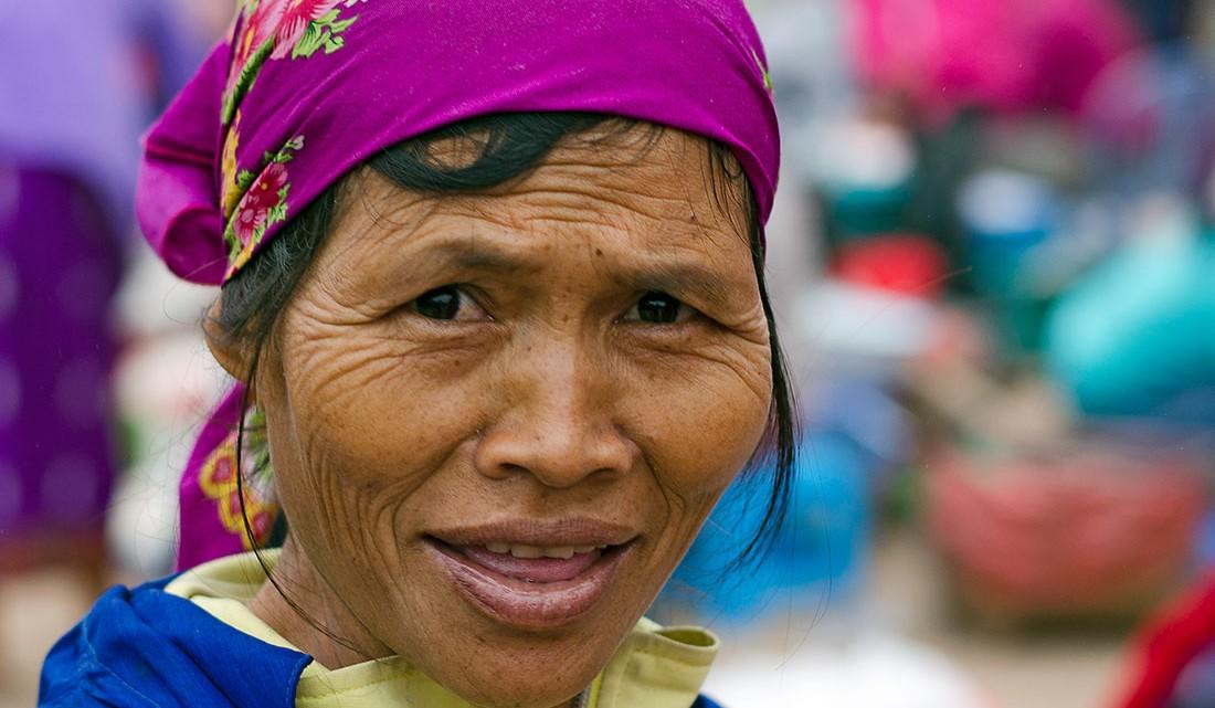 Mulher com lenço roxo pertencente a uma tribo residente da vila de Muang Sing no Laos.