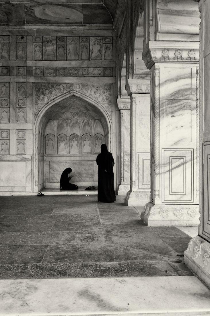 Mulheres muçulmanas a orar num tempo do Red Fort em Agra.