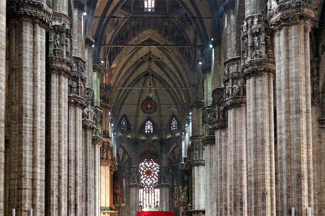 Grandes colunas e altar na nave central da catedral Duomo