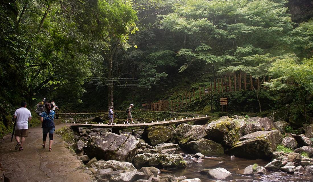 Japoneses no percurso pedestre e numa ponte sobre o rio em Akame.