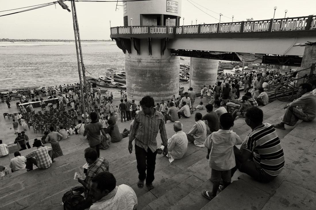 Muitos indianos instalados num dos principais Ghats de Varanasi ao pôr-do-sol.