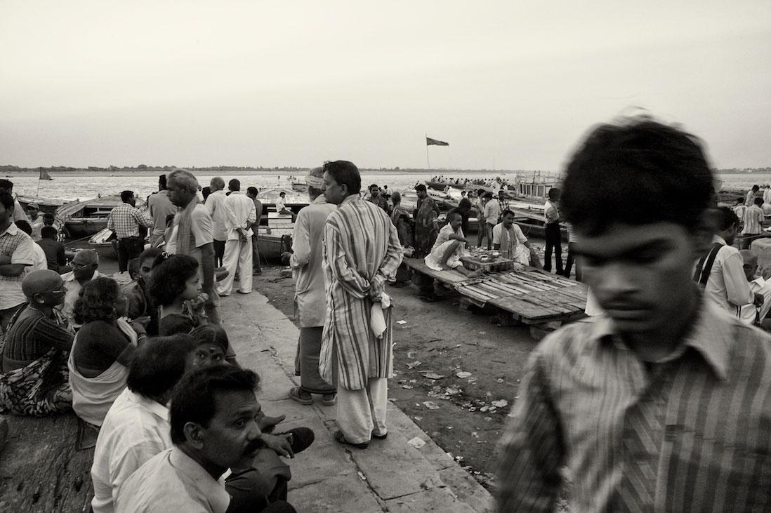 Várias pessoas junto às margens do rio Ganges em Varanasi.