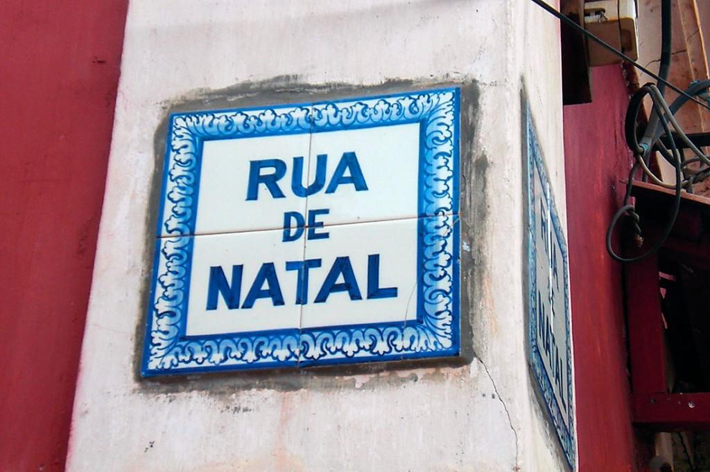 Placa toponímica com nome português em Goa.