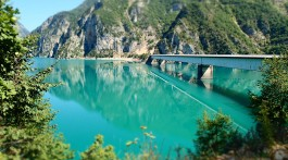 Ponte em Pluzine sobre o lago Piva, Parque Nacional de Durmitor, Montenegro.