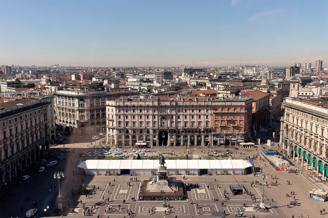 Praça Duomo e vista aérea da zona histórica da cidade de Milão