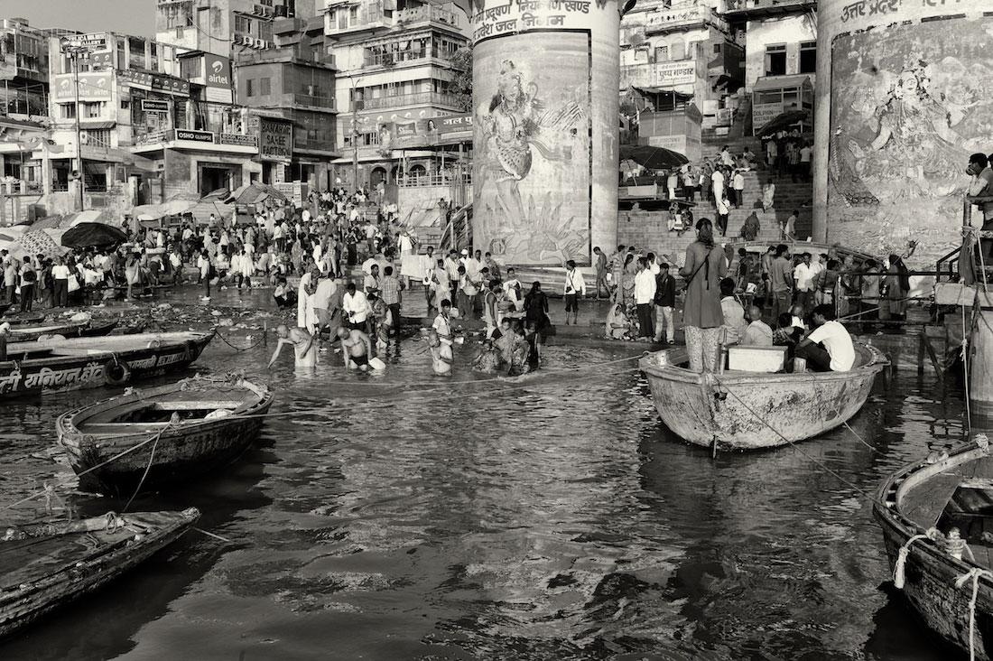 Barcos e pessoas no ritual de purificação junto aos Ghats de Varanasi.