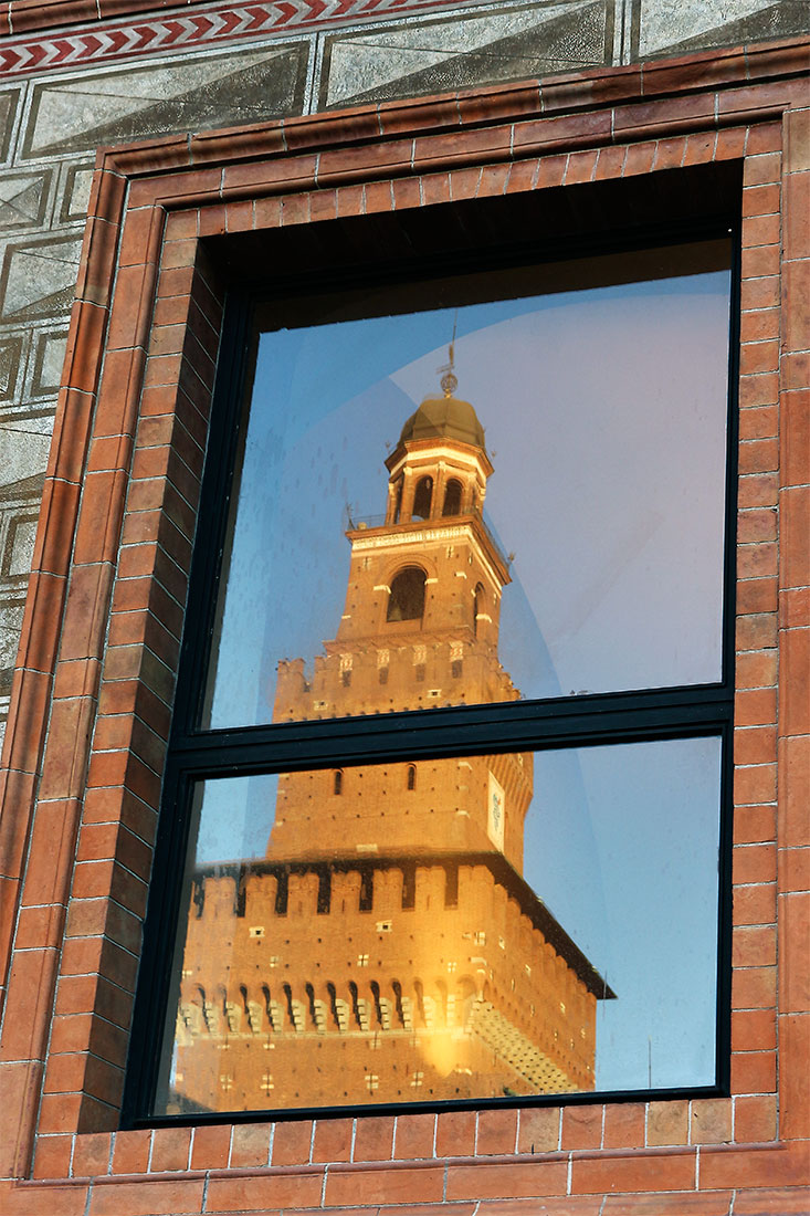 Castelo Sforzesco reflectido numa janela