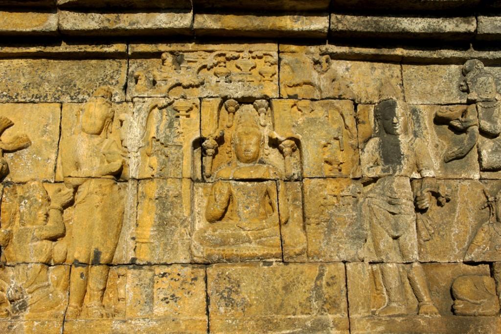 Buda no centro de um dos múltiplos relevos existentes em Borobudur