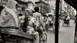 Vários rickshaws em circulação numa rua da velha Delhi na Índia.