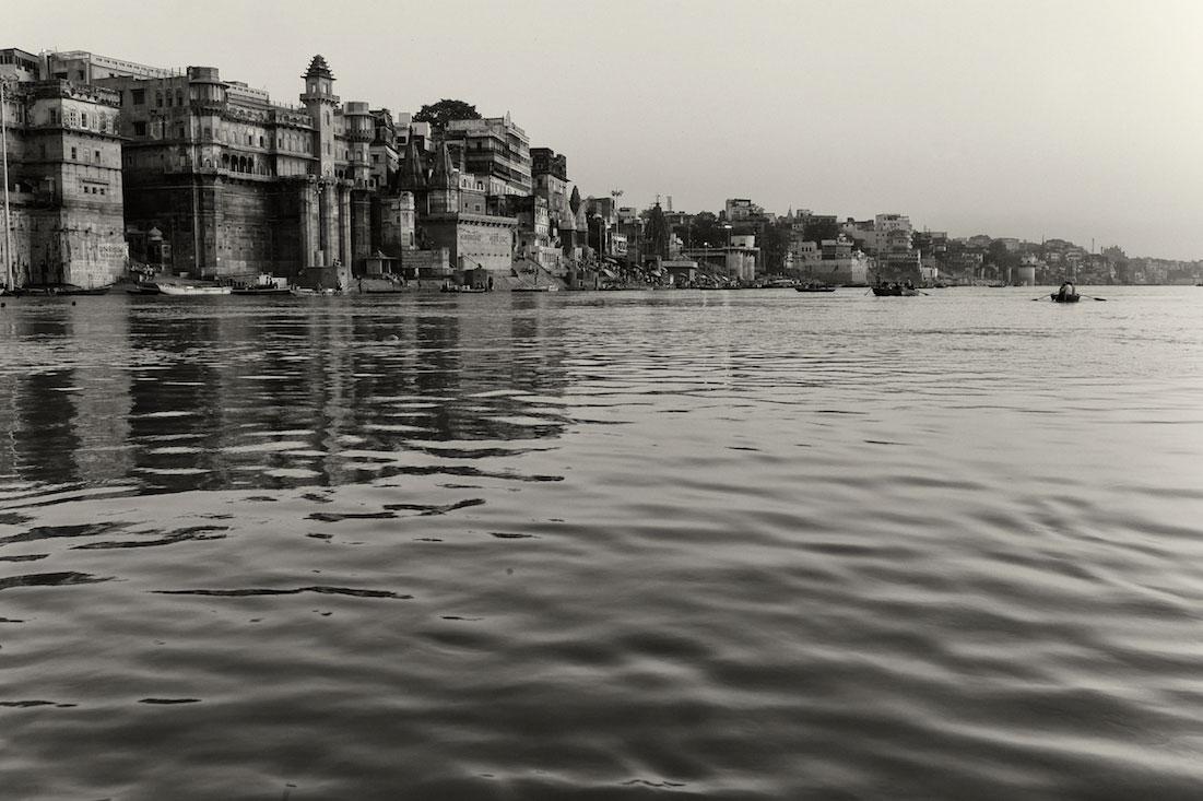 Vista do rio Ganges e casario junto aos Ghats ao nascer do sol.