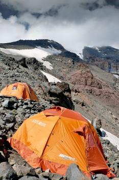 Tendas instaladas em socalcos, protegidas por pedras, na ascensão do monte Ararat na Turquia.