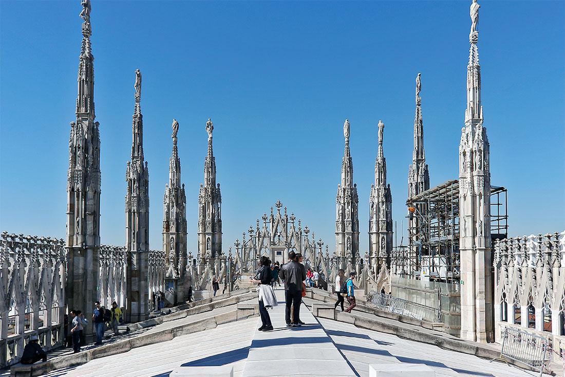 Pináculos esculpidos no terraço da catedral Duomo em Milão