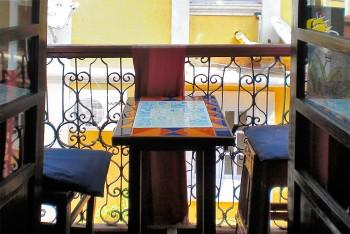 Mesa com cadeiras numa varanda do hotel Venite em Goa.