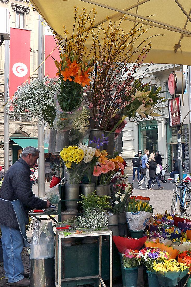 Vendedor de flores na Piazza Cordusio em Milão